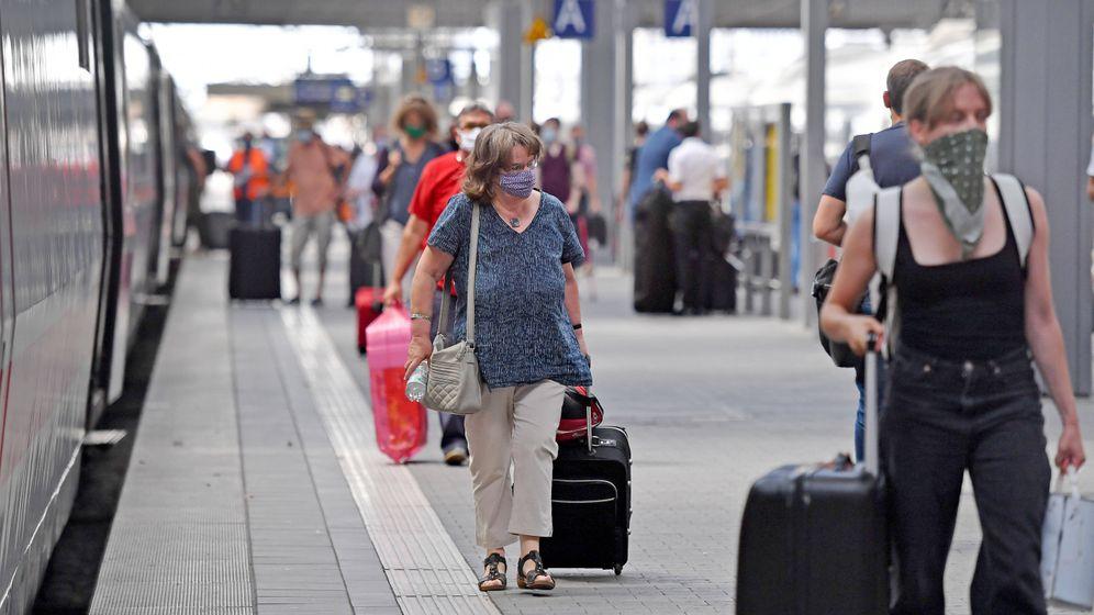 Reisende mit Mundschutz am Hauptbahnhof in München: Wie gefährlich ist Zugfahren?
