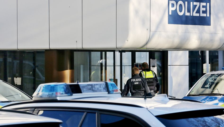 Polizisten vor der Innenstadt-Wache in Essen (Archivbild)