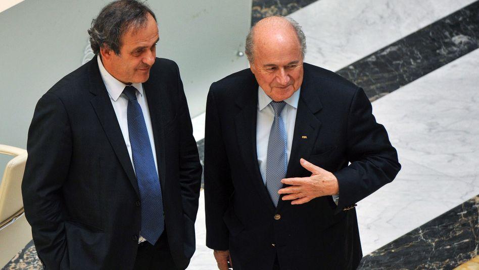 Uefa-Chef Platini (l.), Fifa-Präsident Blatter: Konkurrenten um Spitzenamt im Weltfußball