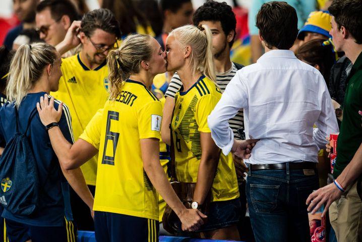 Coming Out auf der WM-Bühne: Pernille Harder beglückwünscht ihre Partnerin Magda Eriksson zum Viertelfinaleinzug mit Schweden