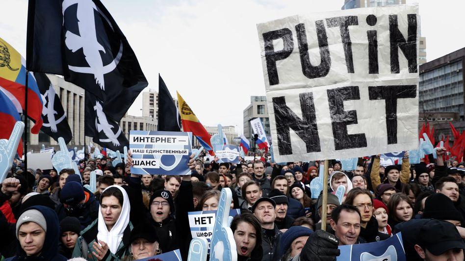 Demonstranten protestieren im März in Moskau für die Freiheit im Internet