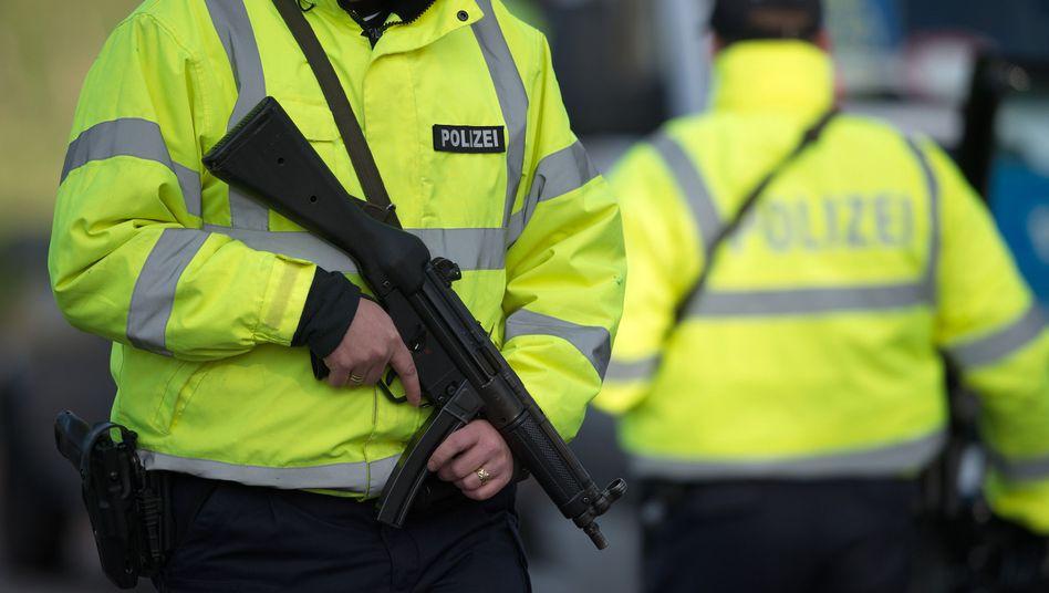 Bundespolizisten mit Maschinenpistolen (an der A44 bei Aachen): Fahndung nach IS-Mitgliedern
