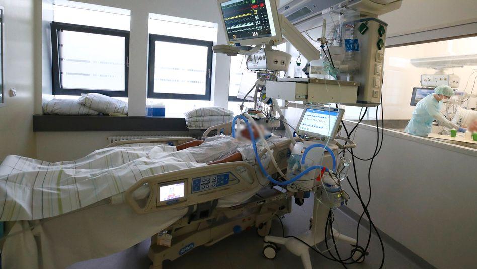 Covid-19-Patient in Gera. Die Intensivstationen füllen sich. Viele Krankenhäuser verzichten auf aufschiebbare Eingriffe und halten Betten frei.