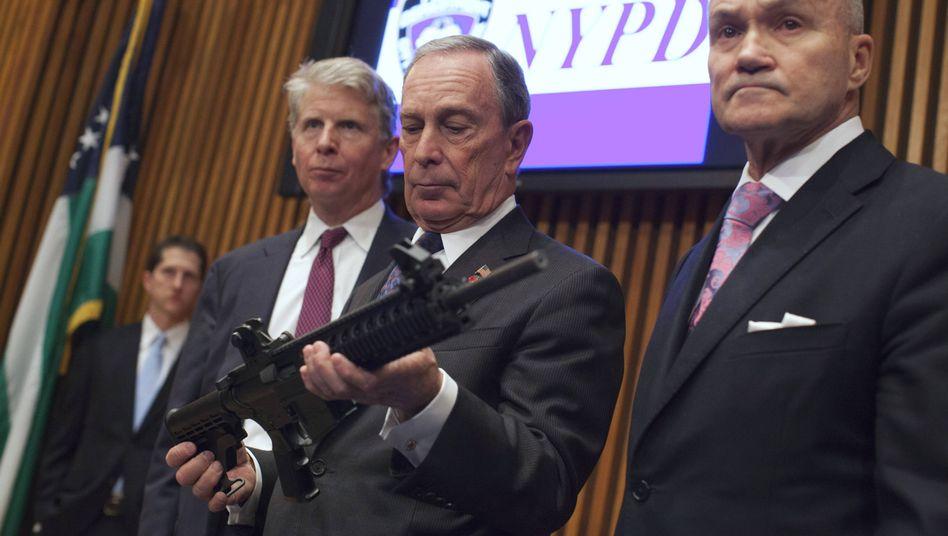 Michael Bloomberg (2012): New Yorks damaliger Bürgermeister mit einer beschlagnahmten Schusswaffe