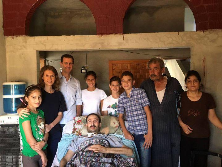 Mächtiger Clan: Assad mit Frau Asma, Kindern beim Besuch eines Verwundeten in Homs (2016)
