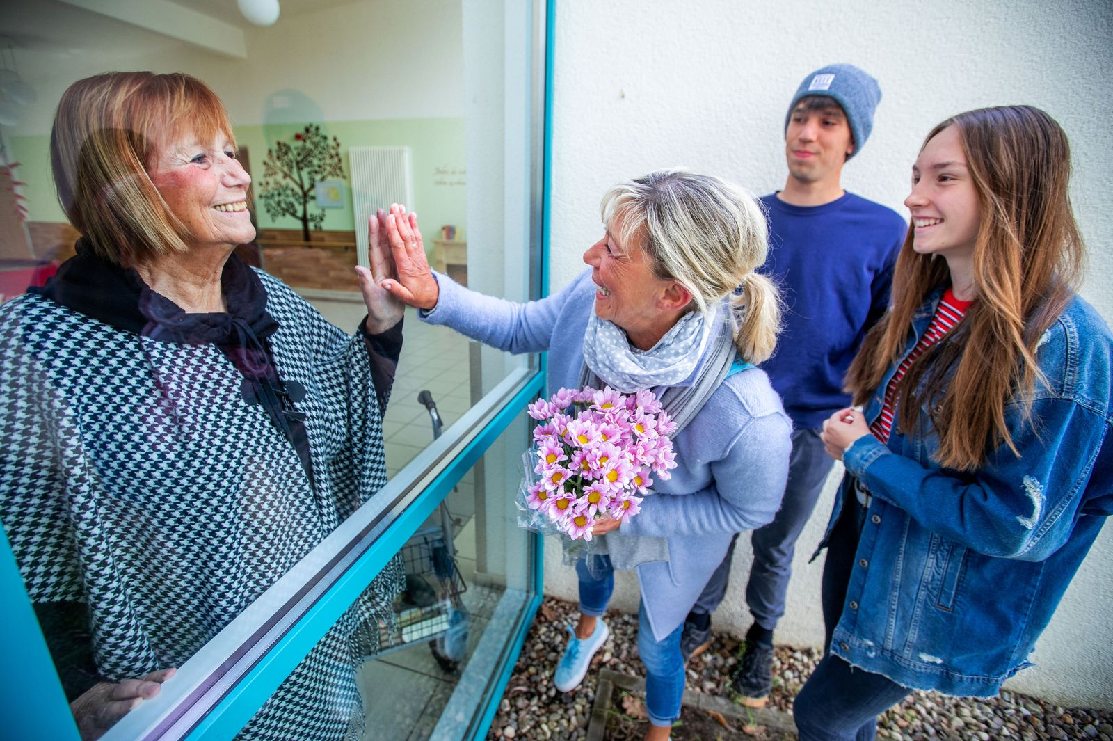 Coronavirus - Familienbesuch am Pflegeheim