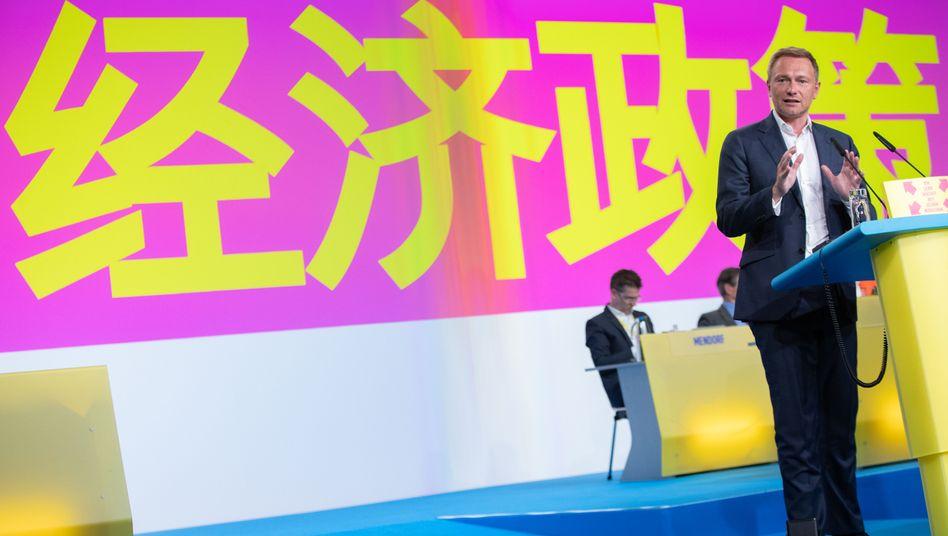 """FDP-Chef Lindner (im April 2019 auf dem Parteitag in Berlin vor chinesischem Motto): """"Nicht defensiv reagieren, sondern ebenso selbstbewusst"""""""