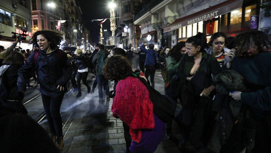 Die Polizei in Istanbul treibt die Demonstrantinnen mit Pfefferspray und Reizgas vor sich her