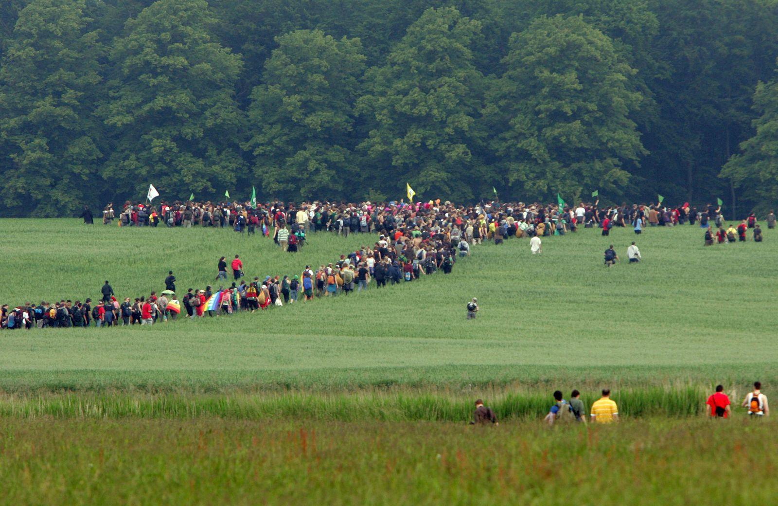 G8 - Demonstranten umgehen Polizeisperren auf dem Weg zum Zaun