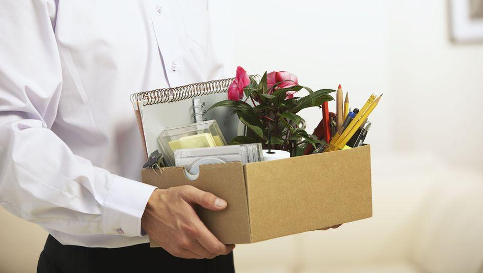 Was bleibt: Ein Arbeitnehmer räumt seinen Schreibtisch - gekündigt, mit Abfindung
