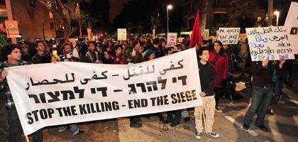 """Linke Aktivisten demonstrieren in Tel Aviv gegen die Offensive im Gaza-Streifen: """"Es gibt mehr als 300 Verhaftete"""""""