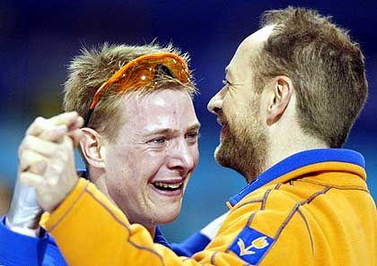 Tränen des Glücks: Der niederländische Eisschnellläufer Jochem Uytdehaage (l.) sucht nach seinem Sieg über 5000 Meter Halt bei seinem Trainer Gerard Kemkers
