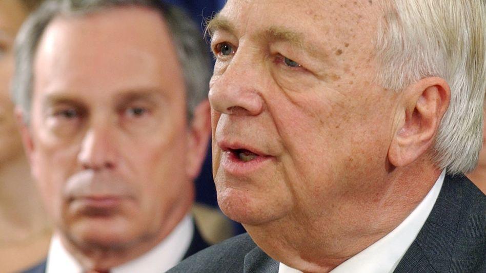 Pressekonferenz für eine neues World Trade Center (2001): John Whitehead (r.) (hier mit Mike Bloomberg) ist im Alter von 92 Jahren gestorben