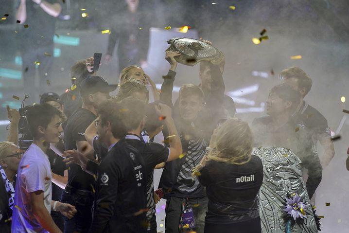 OG feiern die erfolgreiche Titelverteidigung