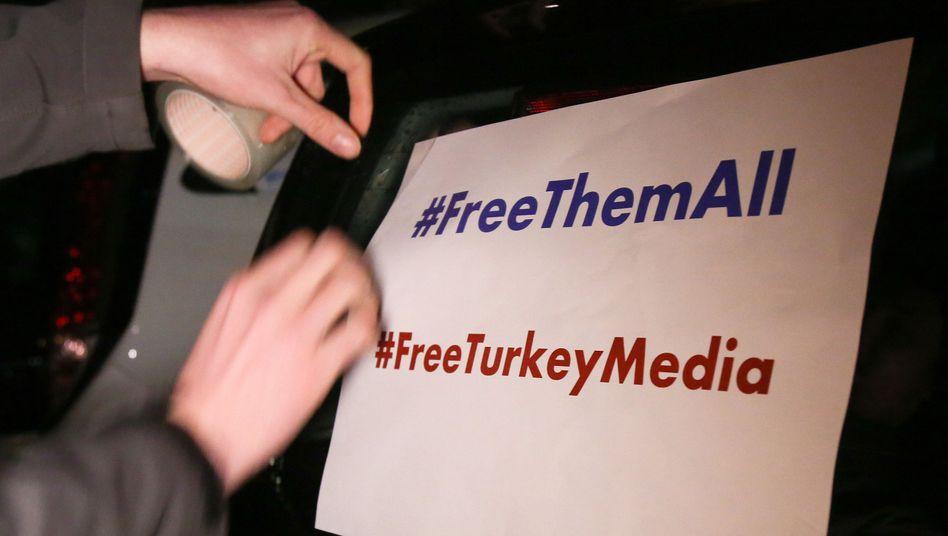 """Plakat mit der Aufschrift """"#FreeThemAll"""" und """"FreeTurkeyMedia"""""""