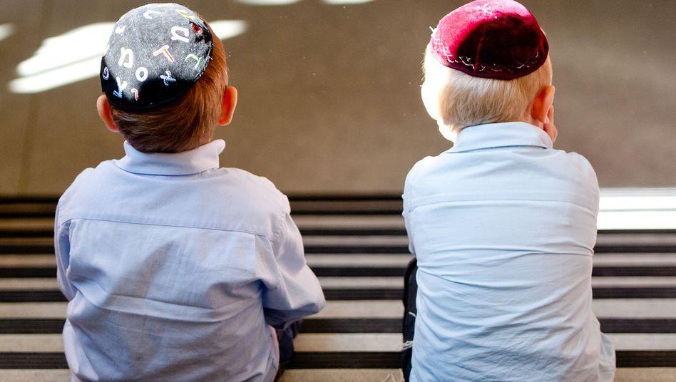 Jungen mit Kippot (in der Hamburger Talmud Tora Schule): Kopfbedeckung mit Symbolkraft