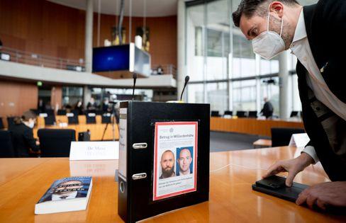 Aktenordner des Linkenabgeordneten Fabio de Masi mit Fahndungsfotos des früheren Wirecard-Finanzvorstands Jan Marsalek