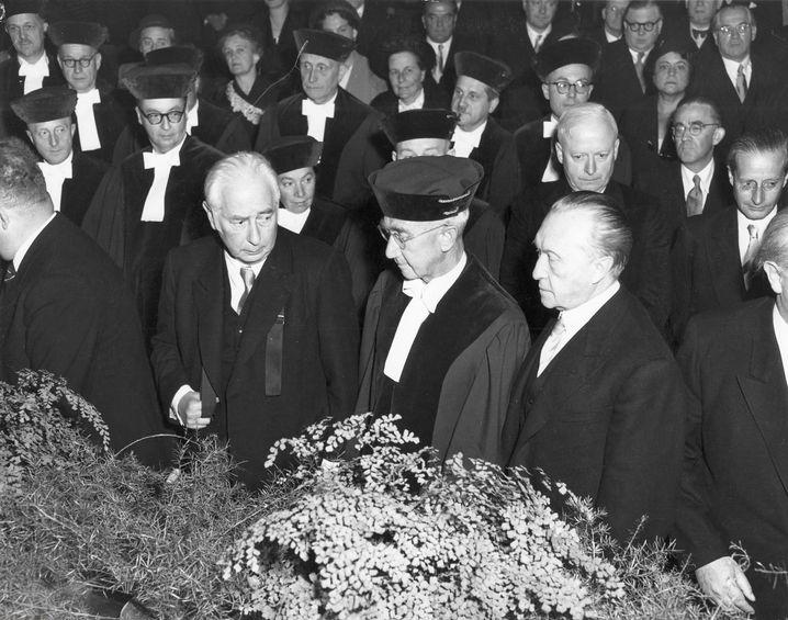 CDU-Mann Adenauer (r.) mit Bundespräsident Theodor Heuss (l.) und Verfassungsgerichtspräsident Hermann Höpker Aschoff bei der Eröffnung des Bundesverfassungsgerichts in Karlsruhe 1951: Der Kanzler misstraute den Deutschen
