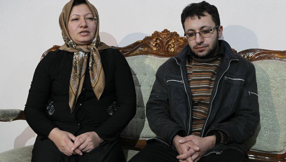 Sakine Mohammadi Aschtiani und ihr Sohn Anfang Januar im iranischen TV: Offenbar wird die Todesstrafe ausgesetzt