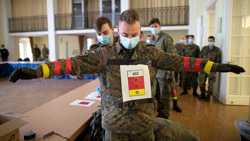 """""""Notwendiges Vertrauen aufbauen."""" Bundeswehrsoldaten testen, wie gut eine Tracing-App zur Kontaktverfolgung funktionieren könnte"""