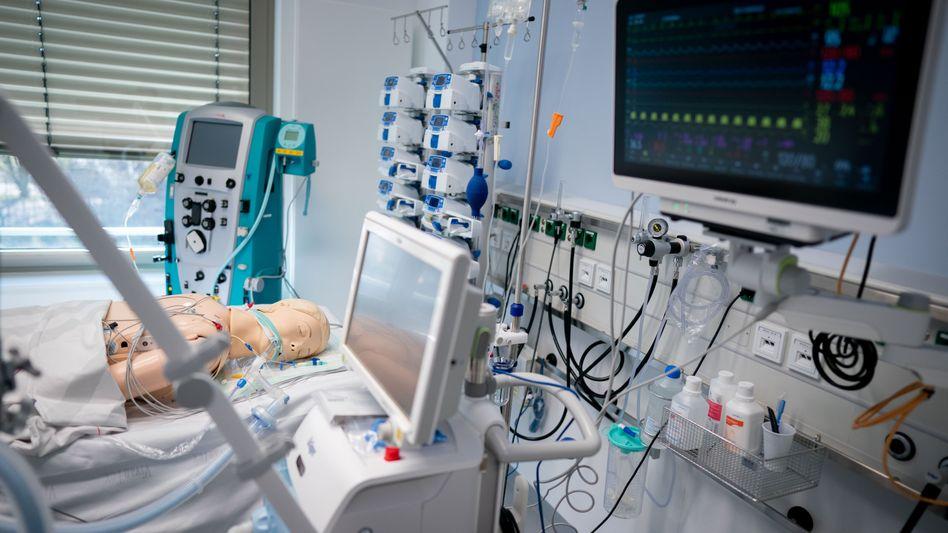 Beatmungsgerät (mit Dummy-Puppe) in einem Berliner Krankenhaus