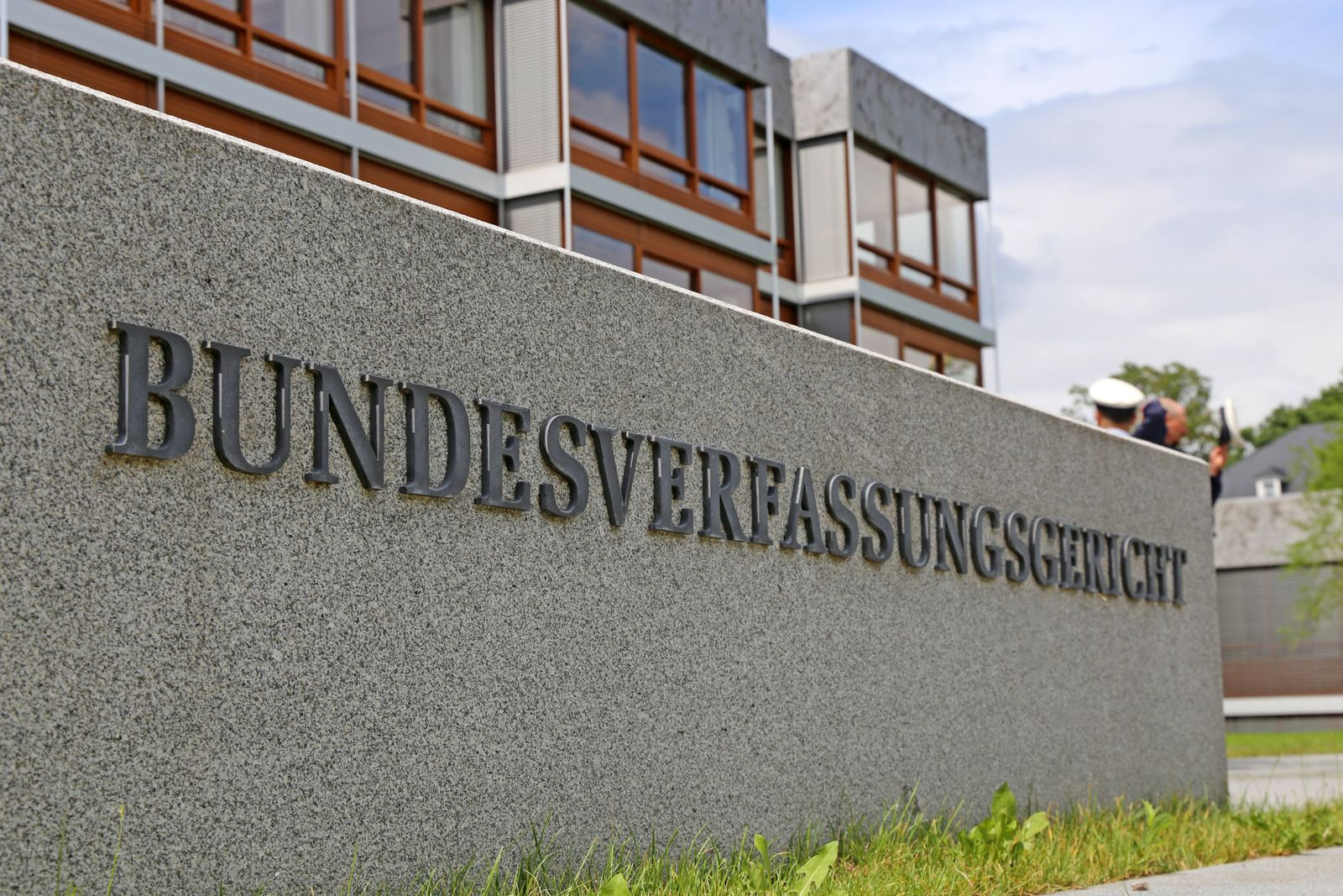 Nahaufnahme vom bekannten Steinblock vor dem Bundesverfassungsgericht in Karlsruhe *** Close-up of the well-known stone