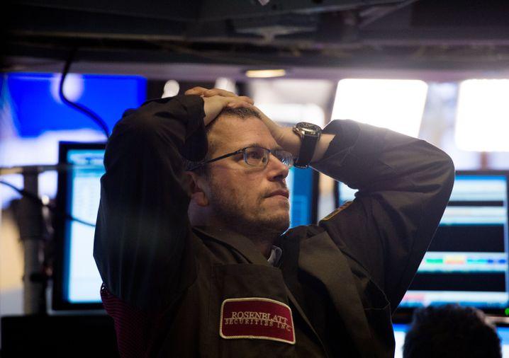 Ein Börsenhändler verfolgt den Einbruch des Dow Jones Industrial