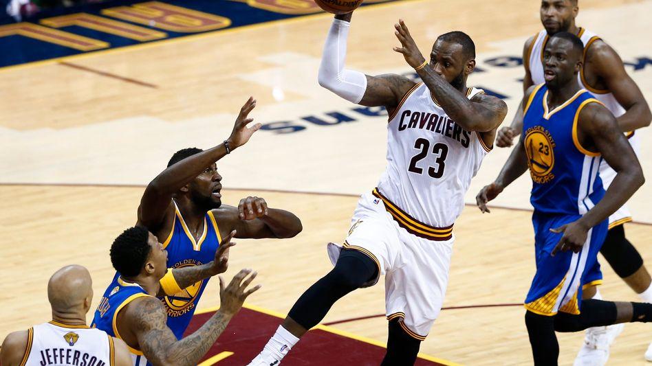 Clevelands LeBron James (Mitte)