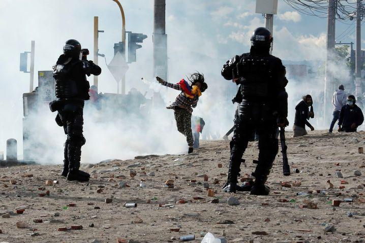 Die Polizei bekämpft Demonstranten in Bogotá
