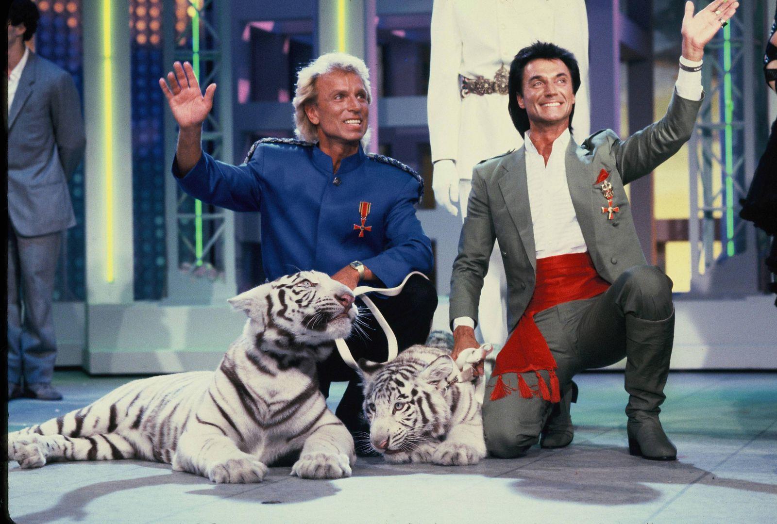 Siegfried und Roy bei einem Fernsehauftritt mit Ihren weissen Tigern im Juni 1987 Siegfried Fischbacher ( 13. Juni 1939