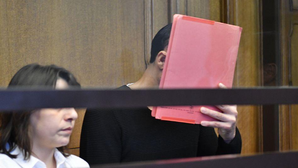 Swetoslaw S. (r.) mit einer Übersetzerin vor Gericht (Archiv)