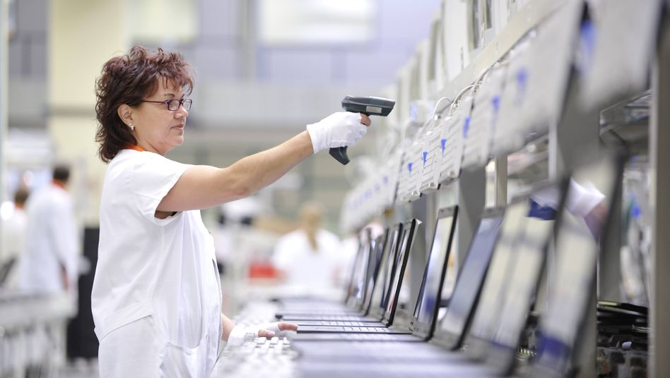 Beschäftige in der Notebook-Produktion bei Fujitsu in Augsburg