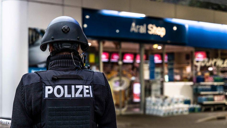 Polizei vor dem Tatort in der Tankstelle in Idar-Oberstein