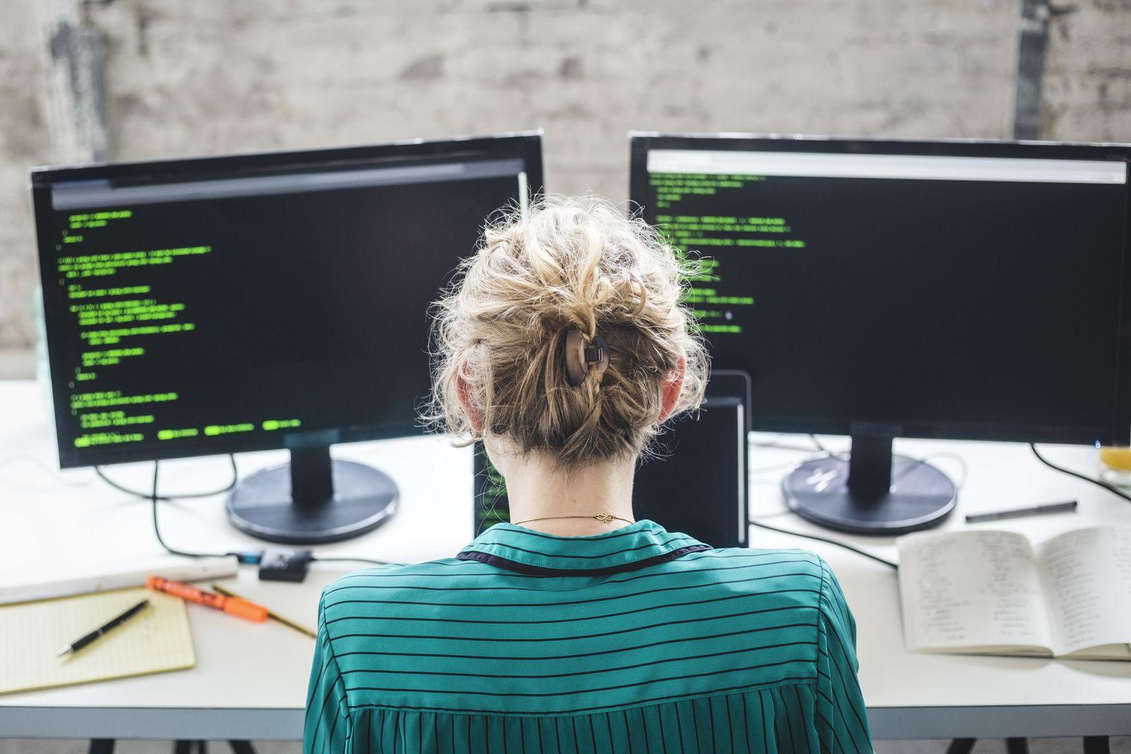 EINMALIGE VERWENDUNG junge Frau / computer programmierer