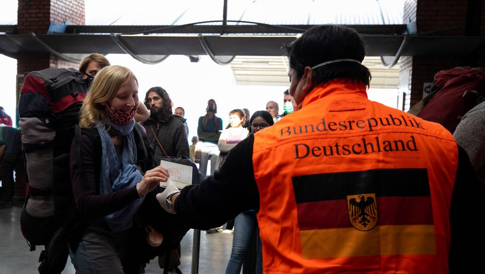 Deutsch Reisende am Flughafen in Kathmandu
