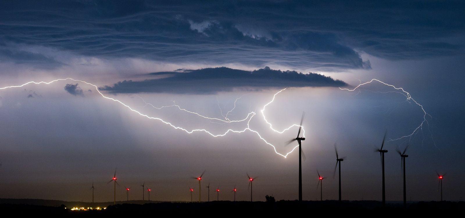 Windräder/ Windpark/ Gewitter