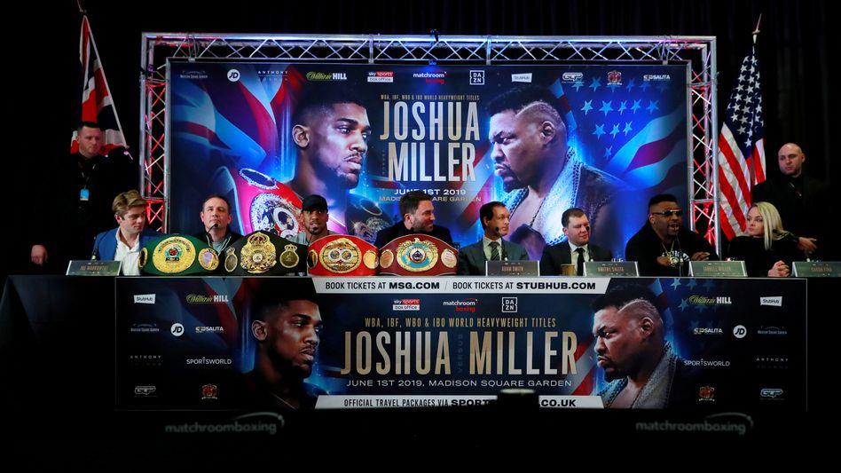 Anthony Joshua (3.v.l.) und Jarrell Miller (2.v.r) auf einer Pressekonferenz