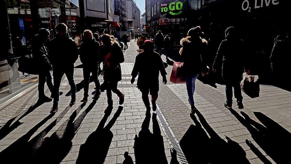 Passanten in Köln: Schatten über dem Einkaufserlebnis