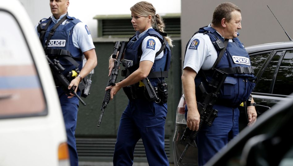 Polizisten am Tatort vor eine Moschee in Christchurch