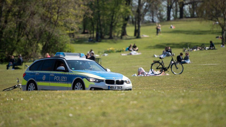 Polizeiauto in einem Kölner Park