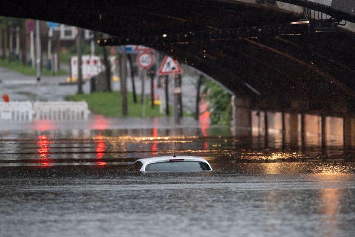 Auto in einer gefluteten Bahnunterführung in Köln
