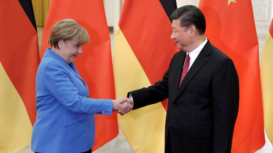 Mehr als ein Jahr ist Merkels letzter Besuch bei Chinas Staatschef Xi Jinping her. In diesem Jahr wird er von dem Handelsstreit mit den USA und den Protesten in Hongkong überschattet