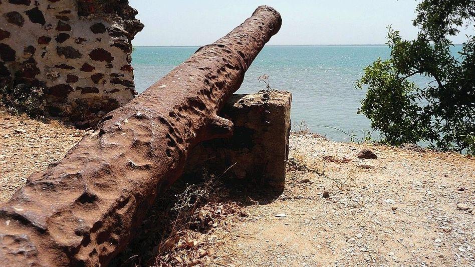 Kanone: Überreste in den Ruinen der Festung Fort Jacob (heute Gambia)