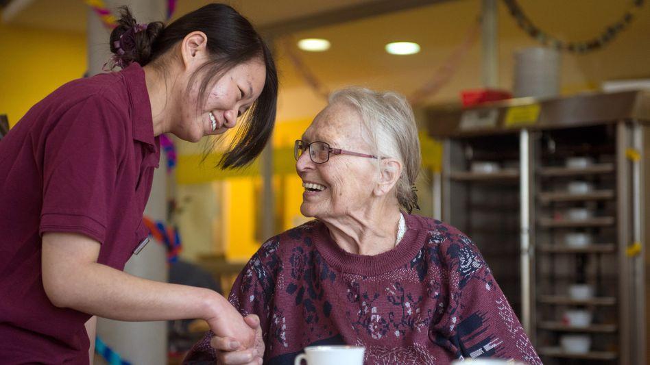 Chinesische Altenpflegerin, Bewohnerin eines Pflegeheims in Stuttgart