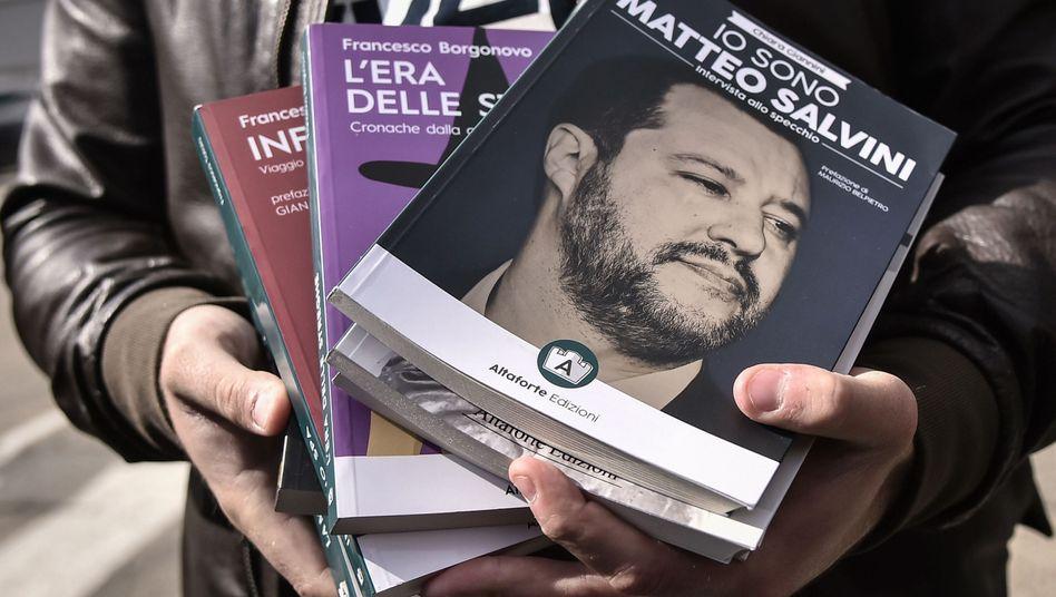 Der Chef des rechten Verlags Altaforte zeigt seine Bücher vor den Toren der Turiner Buchmesse.