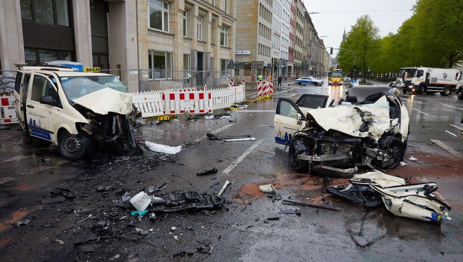 Taxiwracks nach einem tödlichen Unfall in Hamburg