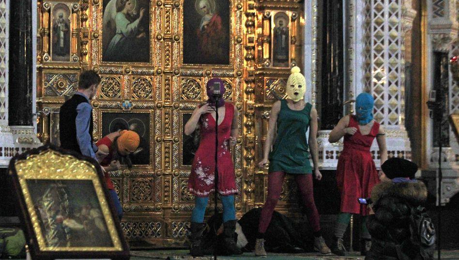 """Pussy Riot in einer Moskauer Kirche: """"Mutter Maria, treibe Putin davon!""""."""