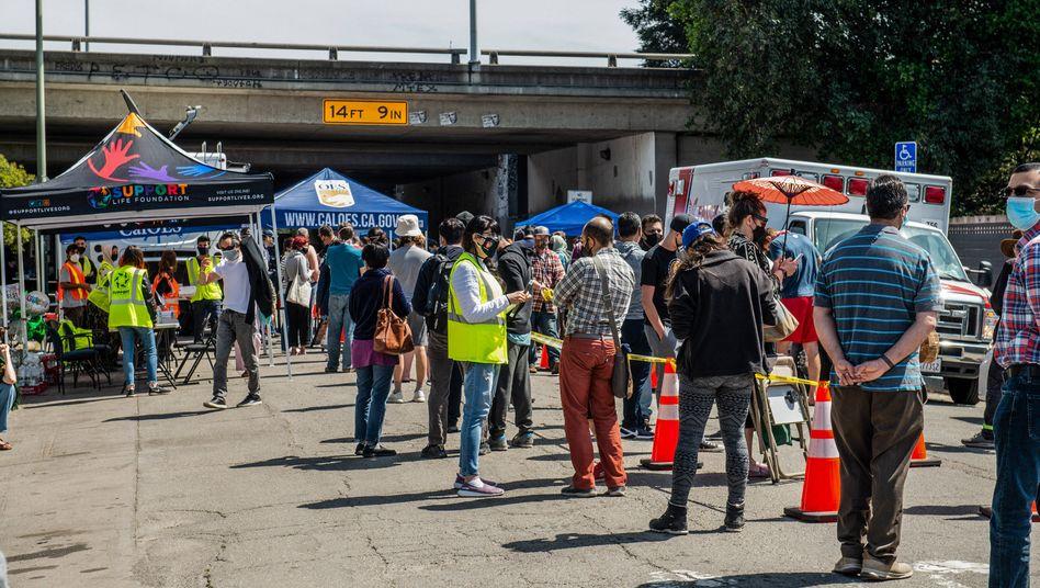 Hunderte Impflinge warten Anfang April in Oakland auf ihr Corona-Vakzin