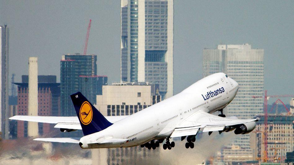 Lufthansa-Jet in Frankfurt: Der Konzern will eine Milliarde Euro Kosten sparen