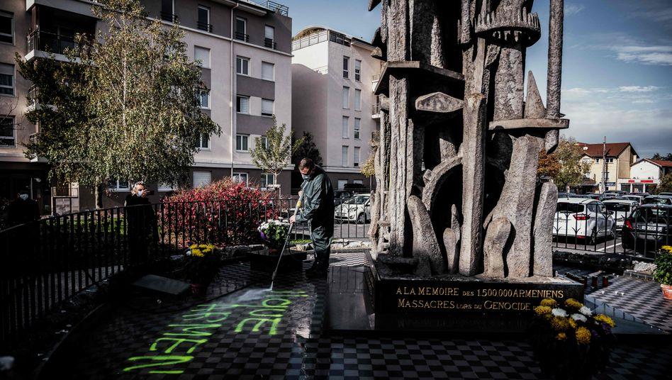 """Das Denkmal für die Opfer des Völkermordes an den Armeniern wurde offenbar von Mitgliedern der """"Grauen Wölfe"""" beschmiert"""
